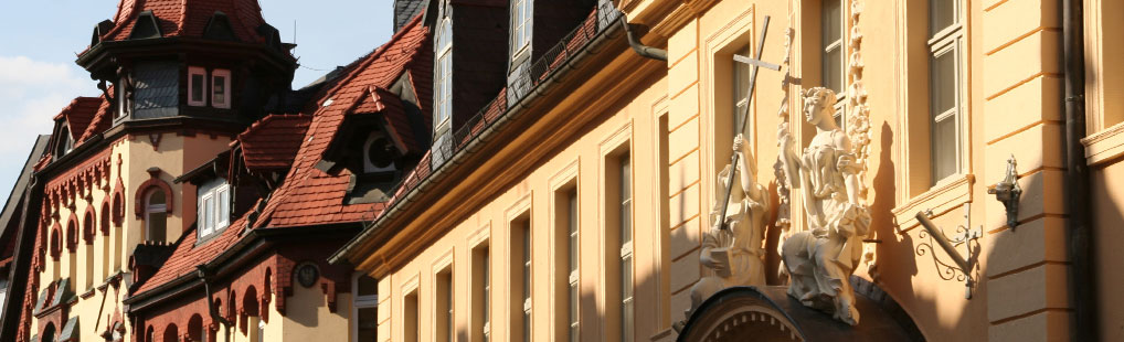 Das Maria-Magdalena-Hospital (rechts im Bild) in Gotha wurde vermutlich von der Landgräfin Elisabeth im Mittelalter gegründet. Im barocken Nachfolgebau hat der Verein für Stadtgeschichte Gotha sein Büro.