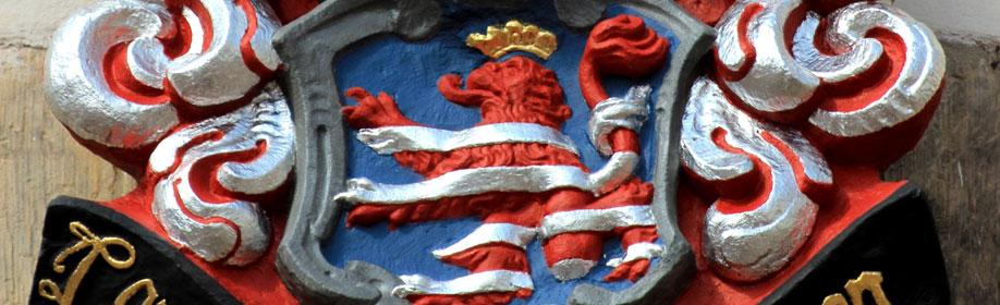Das Wappen der Landgrafschaft Thüringen kann nun wieder im Hof von Schloss Friedenstein bewundert werden. Foto: Matthias Wenzel