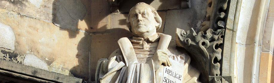 Die Skulptur von Martin Luther am gotischen Brautportal der Margarethenkirche wurde 1904 vom Gothaer Bildhauer Christian Behrens geschaffen. (Foto: Matthias Wenzel)